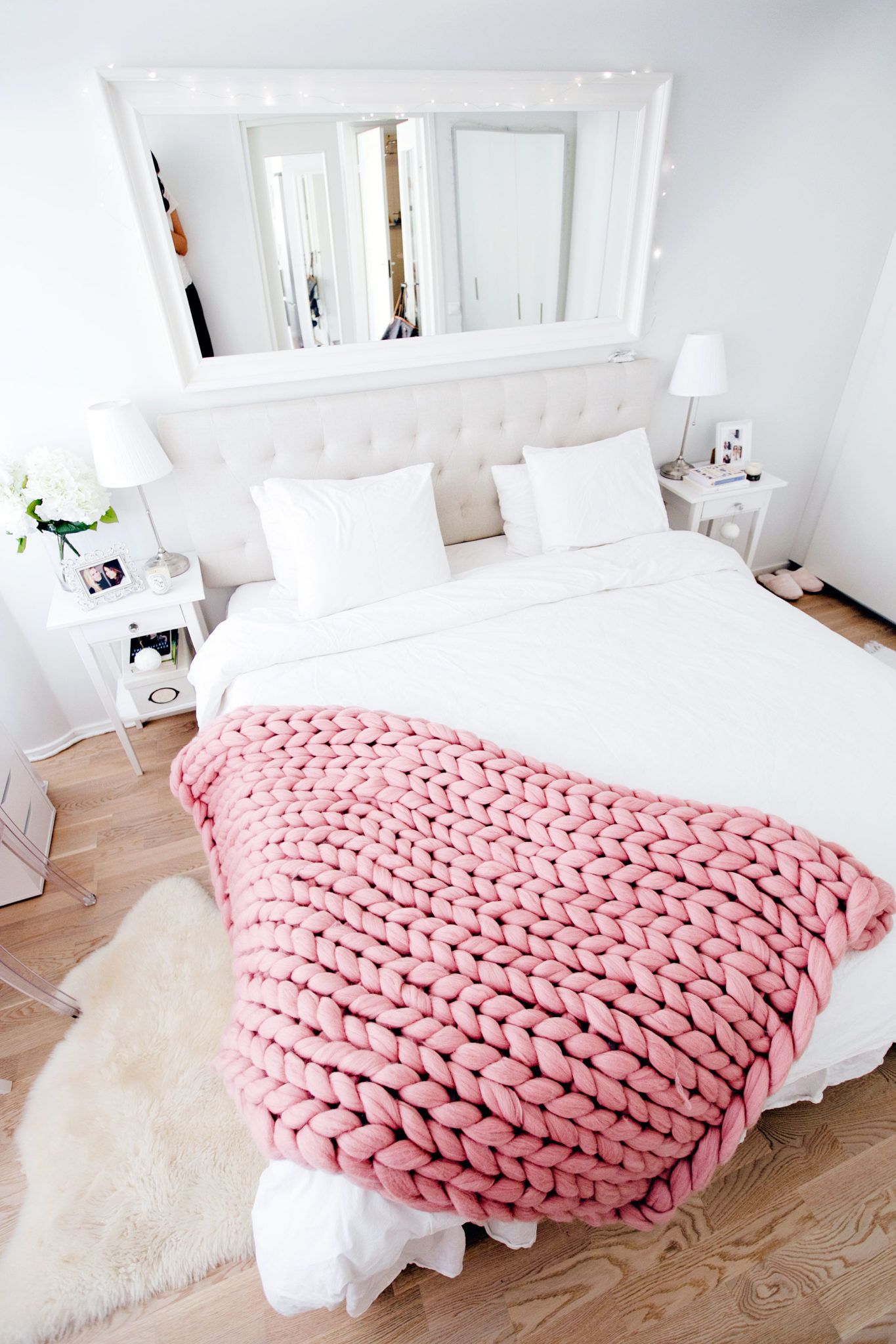 I've been dreaming about a chunky big blanket now for forever without knowing where to find one, and now I suddenly have one! It's so lovely, cute and cozy, the perfect neutral pink. Adds a nice touch to my bedroom, though I haven't decided if I should have it on my bed or in my …