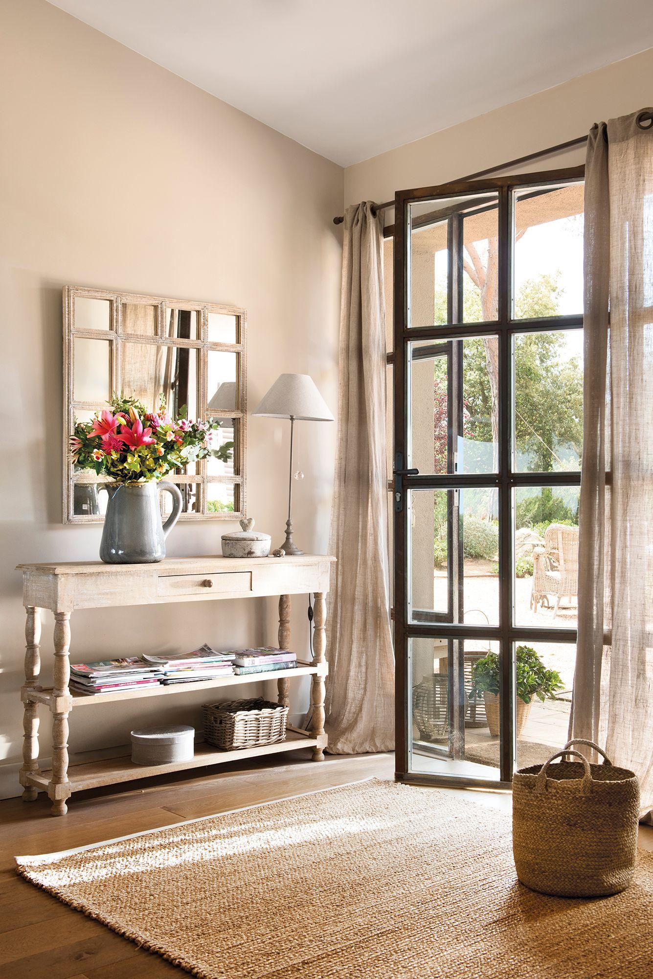 Recibidor con gran puerta blanca acristalada con vistas al comedor_ ...