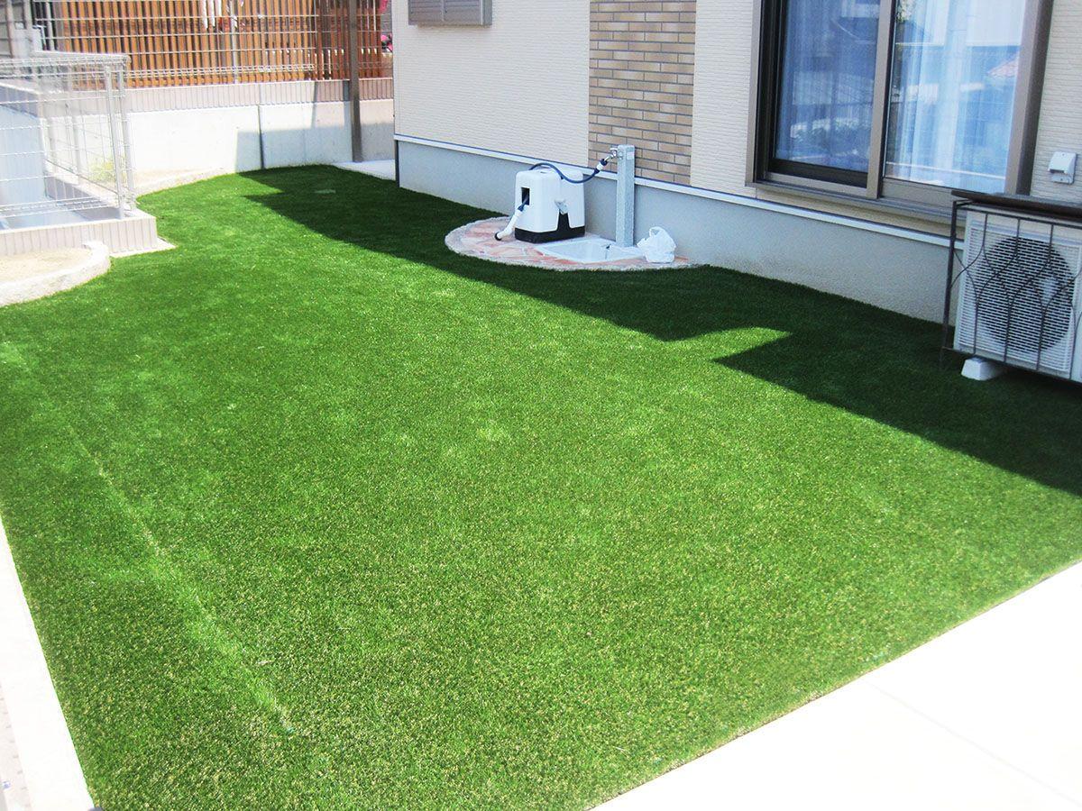 子どもやペットも遊べる安全な人工芝 庭 エクステリア 裏庭