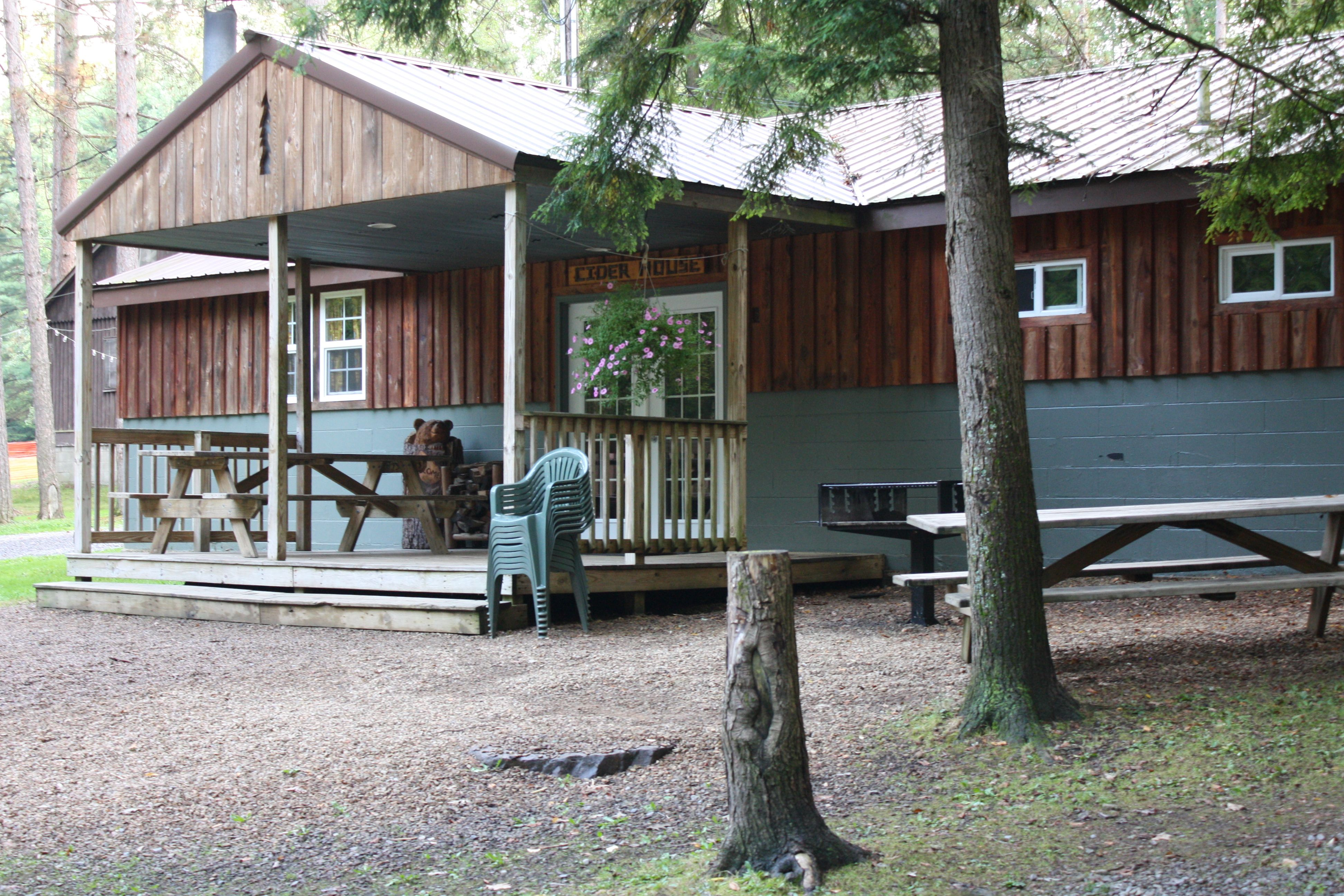 Cider House Lodge Sleeps Up To 16 Guests And Is Currently Available For The Last Weekend Of April 27 29 For The Winter Rate O Forest Cabin Forest Cabin Rentals