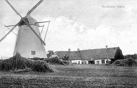 Nordskov Mølle blev bygget i 1829 og ses her med møllehuset i baggrunden. Møllen var i drift i 100 år, men blev solgt fra i 1935 for at blive anvendt som lager for æbleplantagen Ellekildehave