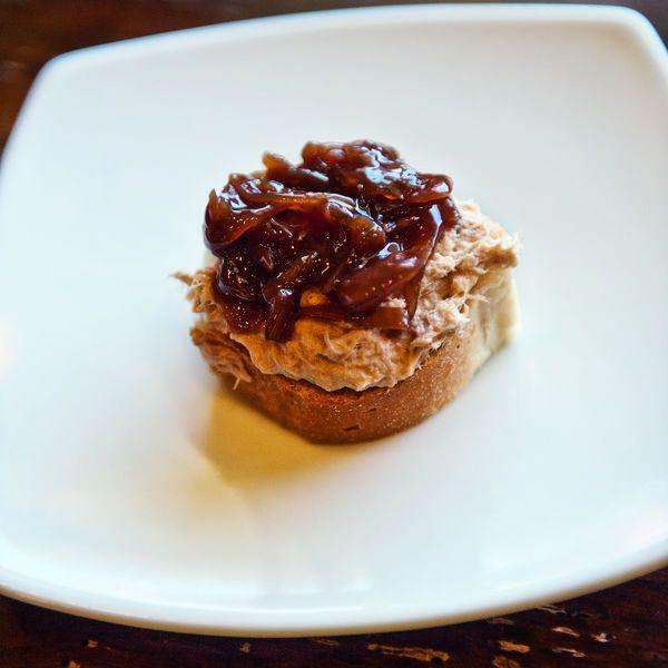 Crostini mit Thunfisch kann man in vielen Variationen zubereiten. Unsere werden mit aromatischen Rotweinzwiebeln belegt und sind besonders köstlich.