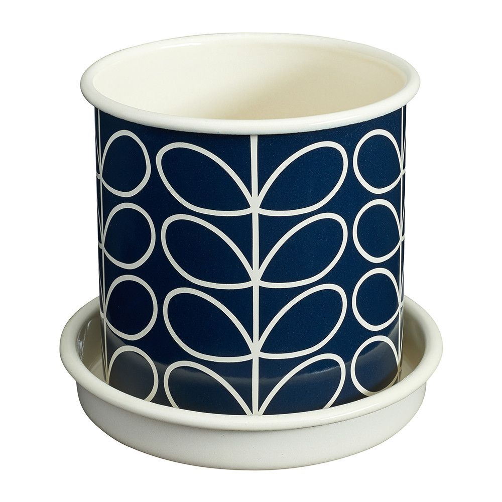 Add retro style to your outdoor space with this Medium Linear Stem plant pot from Orla Kiely. Made from enamel, it is adorned with one of Orla Kiely's most distinctive prints, the Linear Stem patter
