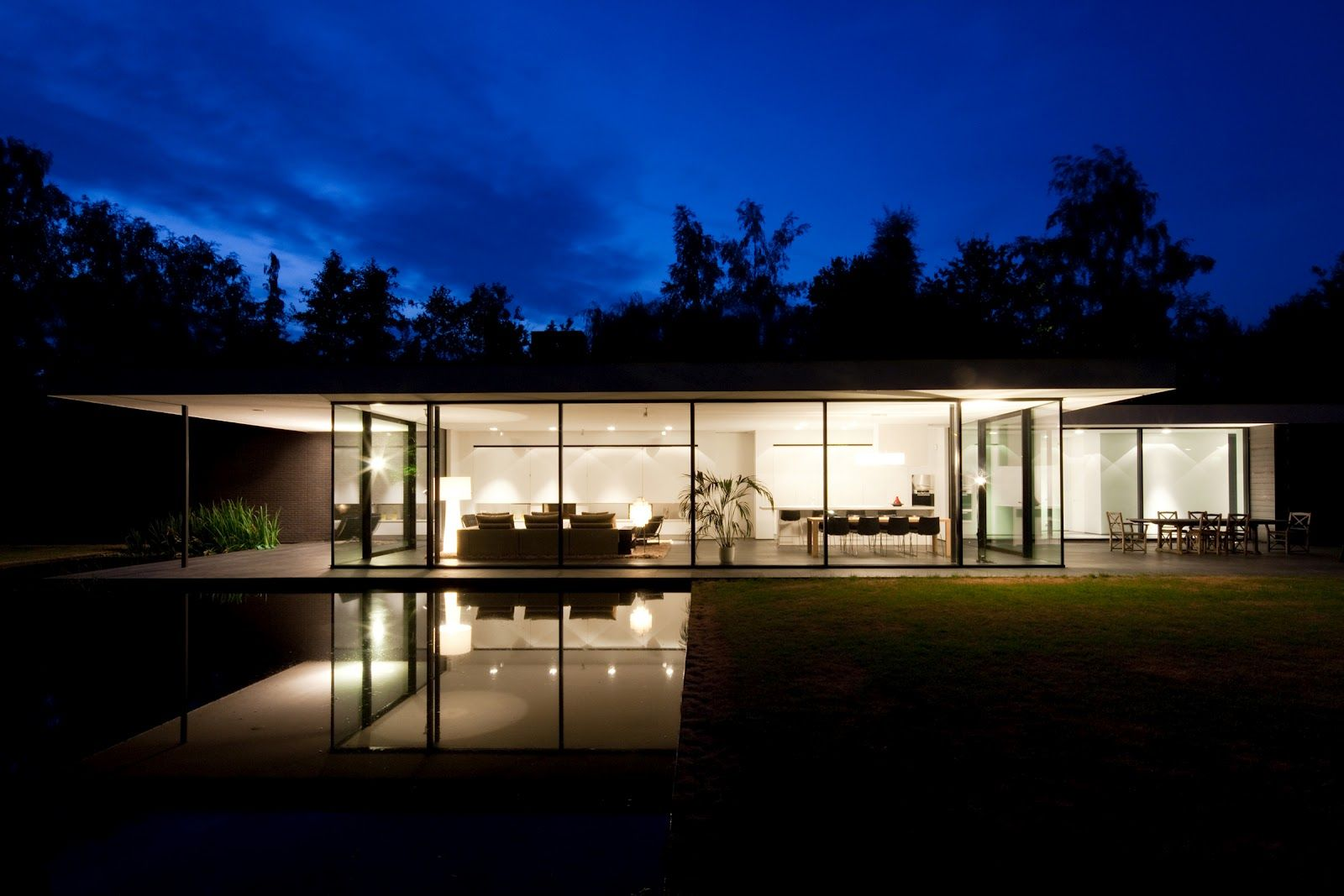 Modern design ultra modern glass house architecture Modern house columns