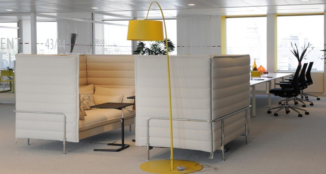 Espaco De Convivio Nas Instalacoes Da Deka Em Bruxelas Belgica Espace Collaboratif Decoration Bureau Mobilier Bureau