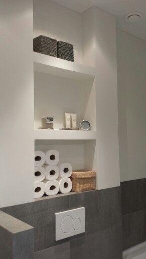 Mooi en functioneel nisjes boven het toilet van de badkamer Bad - kleine moderne badezimmer