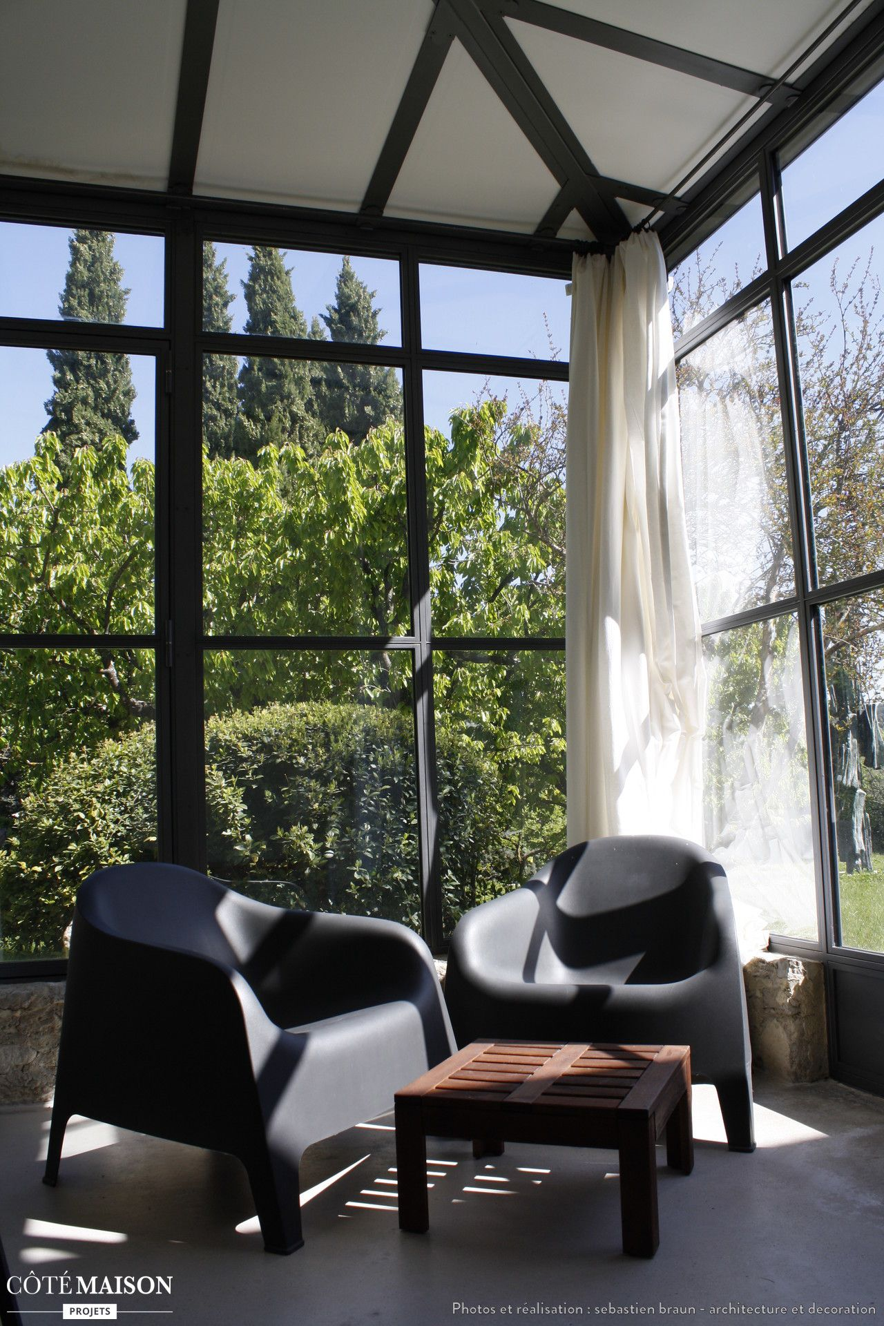 Une veranda au meubles design v randa et verri re - Meuble verriere ...