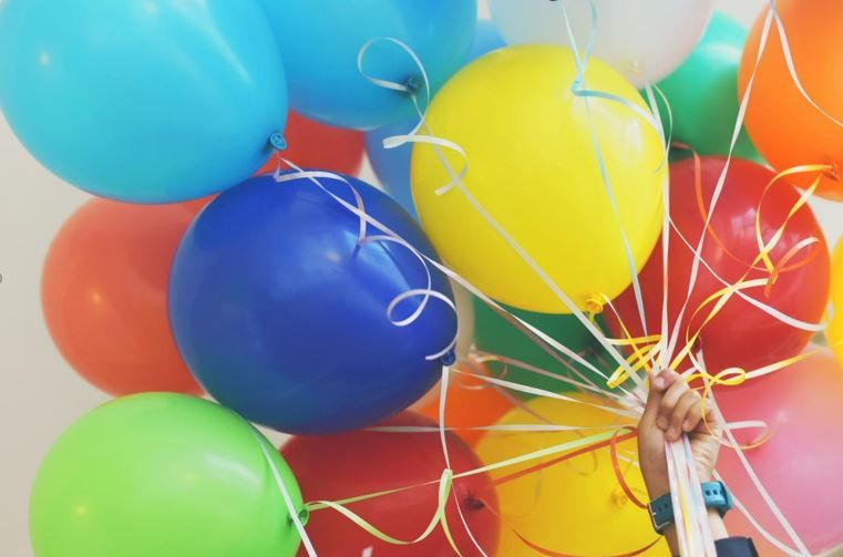 تزيين بالونات عيد ميلاد الأطفال بهذه الطرق يصنع حفلة رائعة Party Bags Kids Childrens Party Games Outdoors Birthday Party