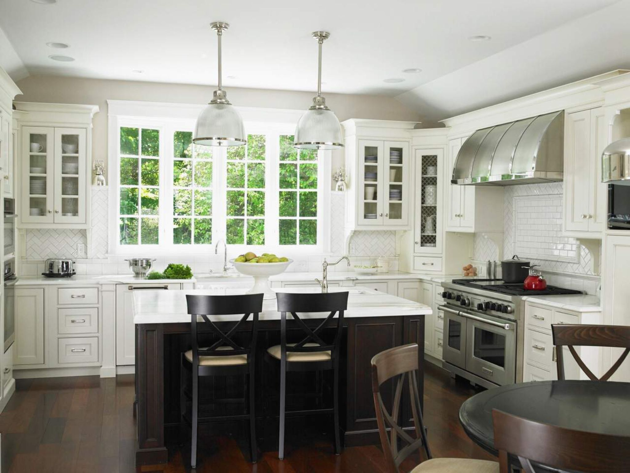 Modern Chic Glam Kitchen With Large Windows By The Sink Less Upper Wall Cabinets Cottage Style Kitchen Traditional Kitchen Design Kitchen Cabinet Inspiration
