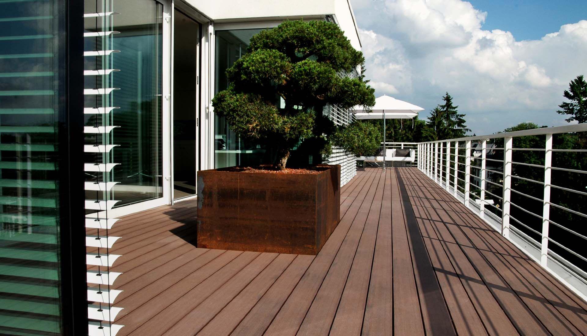 wpc terrassendielen in dunklem braun auf der modernen. Black Bedroom Furniture Sets. Home Design Ideas