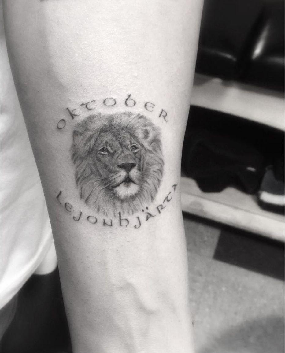 Drake Honors Brand Favorite Month With Oktober Lion Tattoo Popstartats Drake Tattoos Lion Tattoo Tattoos