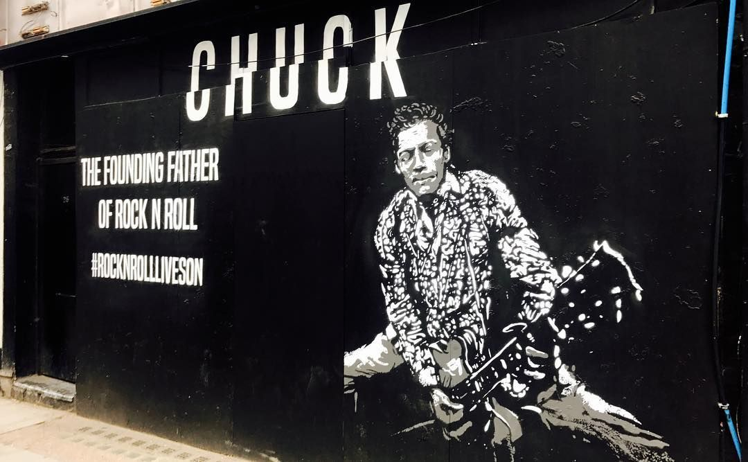 #london #londongraffiti #londongraffitiart #londonstreetart #lookup #streetart #streetartlondon #graffiti #graffitiart #londonlife #londonlifeinc #soho #sohograffiti #tottenhamcourtroad #chuckberry #chuckberry