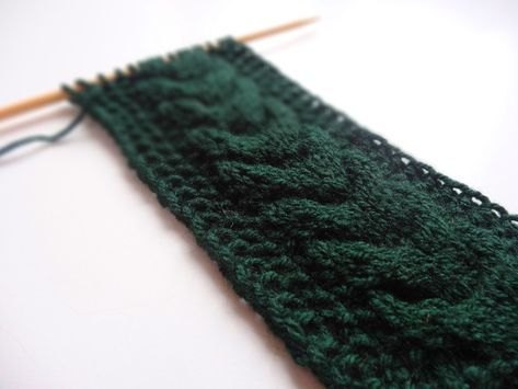 Anleitung: Stirnband mit gegenläufigem Zopf stricken #ponchoscrochet