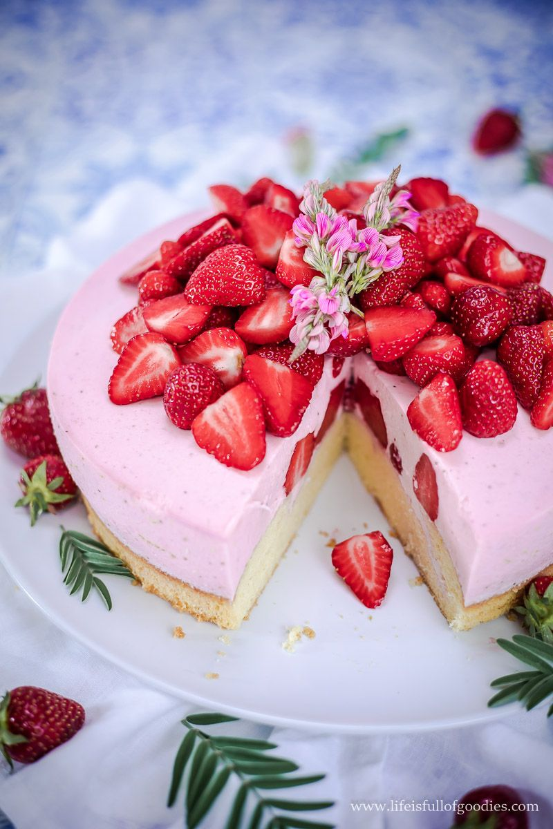 Erdbeer Buttermilchmousse Kuchen Rezept In 2020 Eiskuchen Kuchen Rezepte Mousse Kuchen