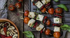 Spiedini di verdure e tufu con patè di olive.  Gustosi, leggeri, facilissimi da preparare e 100% vegetali: ecco un'idea originale per tua grigliata estiva  Calorie totali: 731 Kcal / Calorie a porzione: 182 Kcal   Un'idea di Antonella del blog Fotogrammi di zucchero