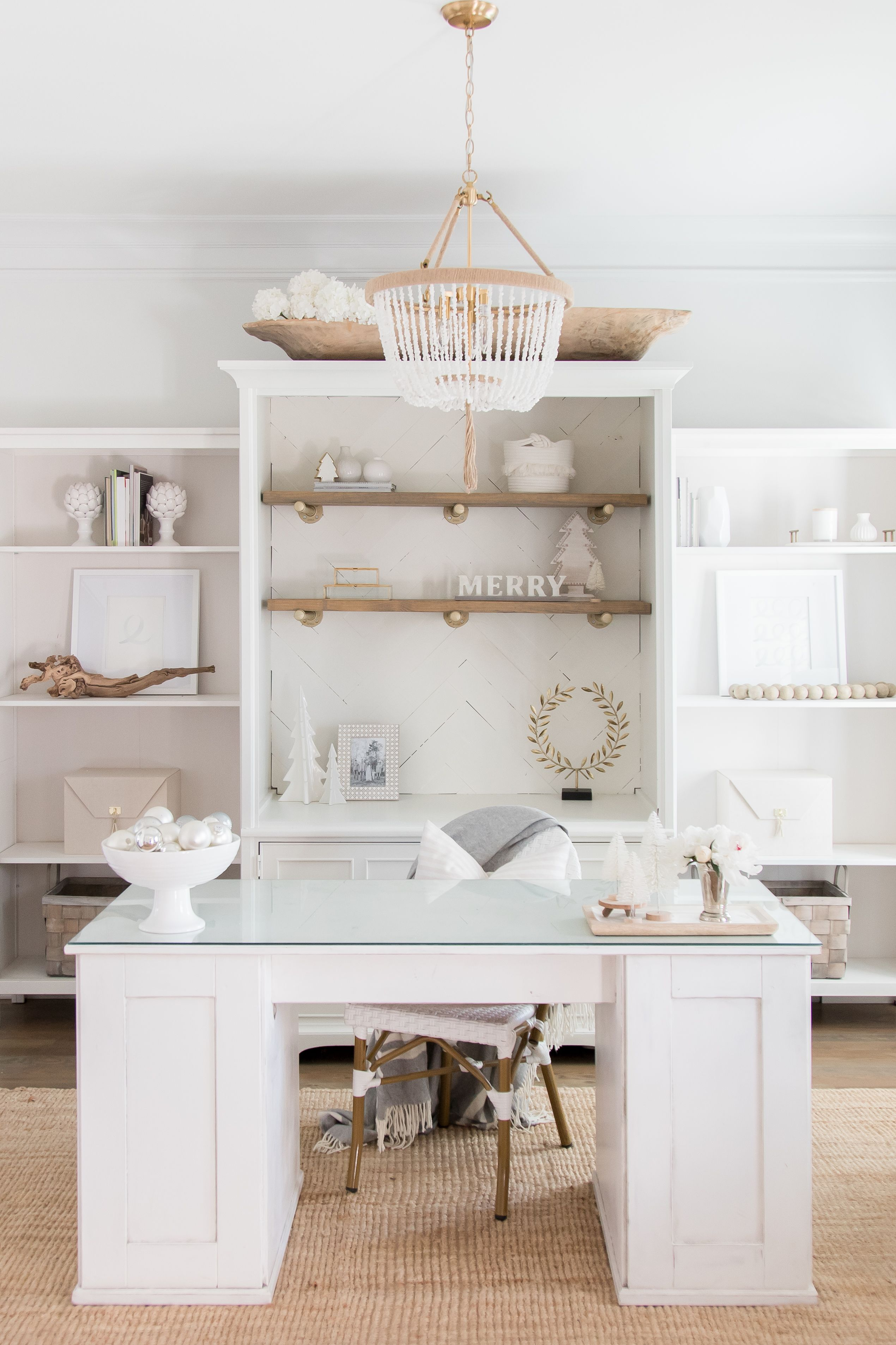 Love This White And Natural Wood Home Office Decorated For Christmas Whiteoffice Homeofficedec Home Office White Desk White Office Decor White Modern Office
