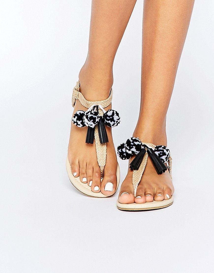 Todos los veranos tienen sus sandalias protagonistas y este año no pueden ser otras que las sandalias con pompones. En este artículo vas a poder conocer to