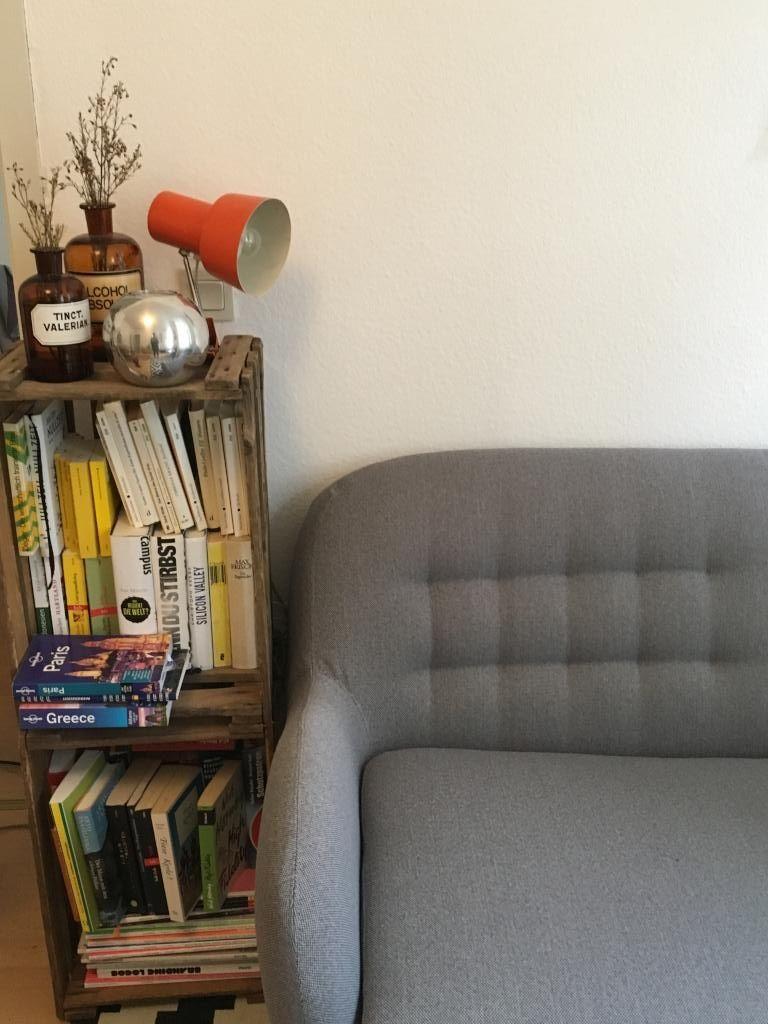schickes bücherregal aus holzkisten neben dem sofa. #diy