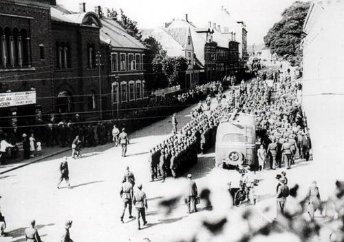 Tyske soldater i Gravene på Hitlers Fødselsdag den 20. april 1940.