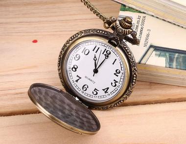 Ihana antiikkinen taskukello isälle. Kellossa ketju, joten kelloa voi käyttää kaulassa tai perinteisemmin taskukellona. Kellon kuvussa kirjaimet DAD.      Koko: ketjun pituus 80cm, kellotaulun halkaisija 4,7cm  #lahjaidea #taskukello #isälle