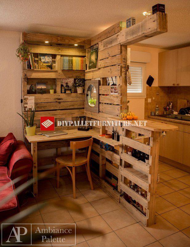 Diese Küche wurde aus dem Wohnzimmer mit einem Möbel mit Paletten