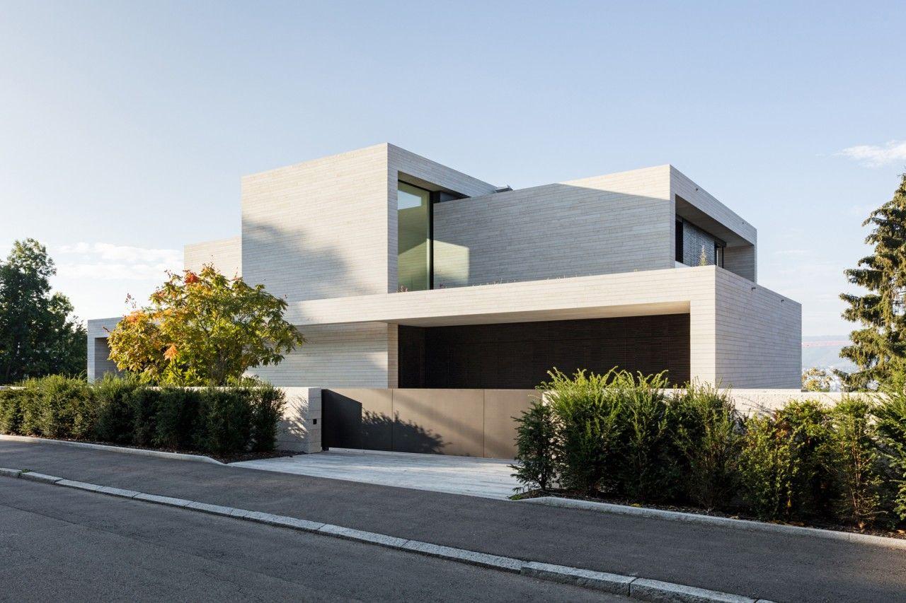 neubau villa z rich strassenfassade dietfurter kalkstein zufahrt tor tageslicht haus au endesign. Black Bedroom Furniture Sets. Home Design Ideas