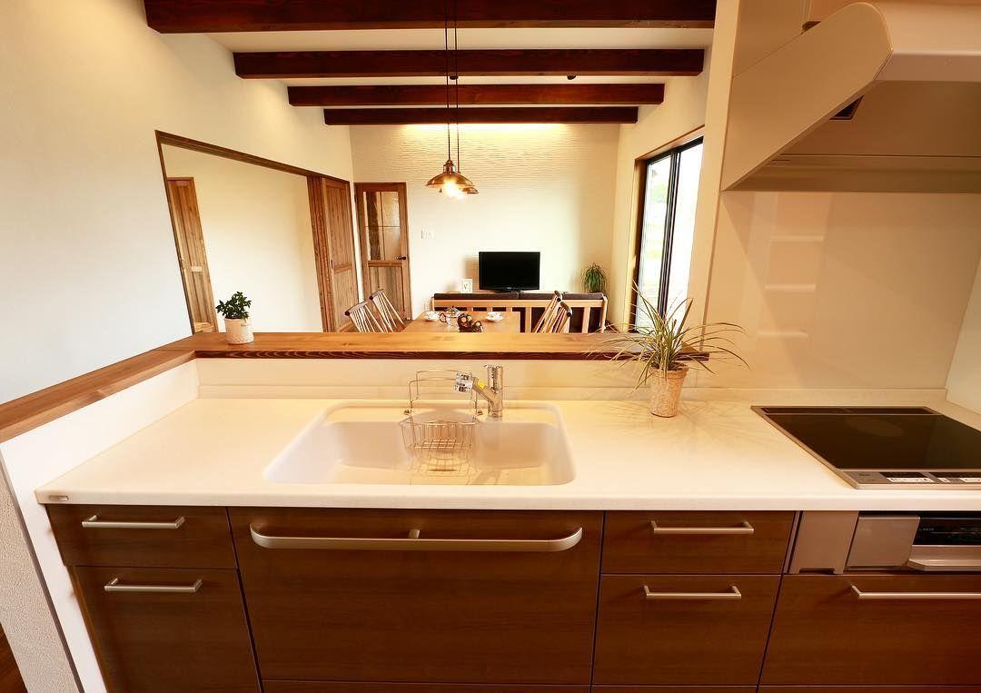 キッチンからの眺め 木目調の落ち着いた色合いのキッチンなので