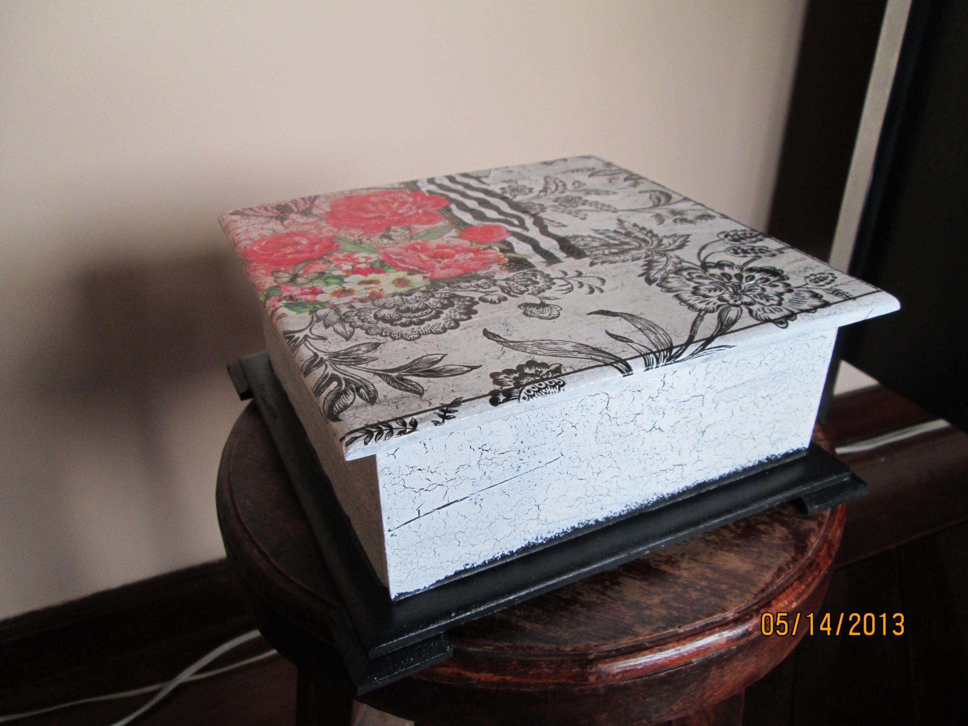 Caja de te con fondo negro, el contraste de rojo con el blanco con negro le da un toque muy moderno