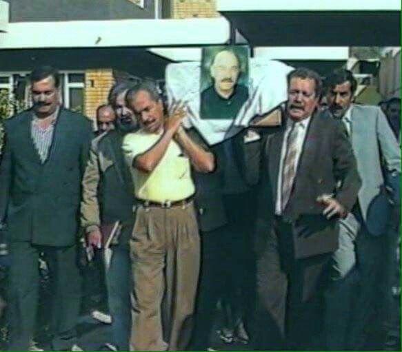 صور أثناء تشييع الفنان الراحل سامي السراج رحمه الله الى مثواه الأخير من نقابة الفنانين في المنصور عام ١٩٩٨ Baghdad Baghdad Iraq Iraq