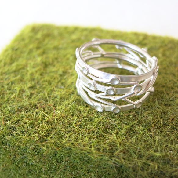 ある日気が付くと植えた記憶のない小さな芽がひょっこり出てきてそれはぐんぐん伸びていく淡い黄緑色の柔らかで、みずみずしさ伝わるといいな。素材  ■ silver...|ハンドメイド、手作り、手仕事品の通販・販売・購入ならCreema。