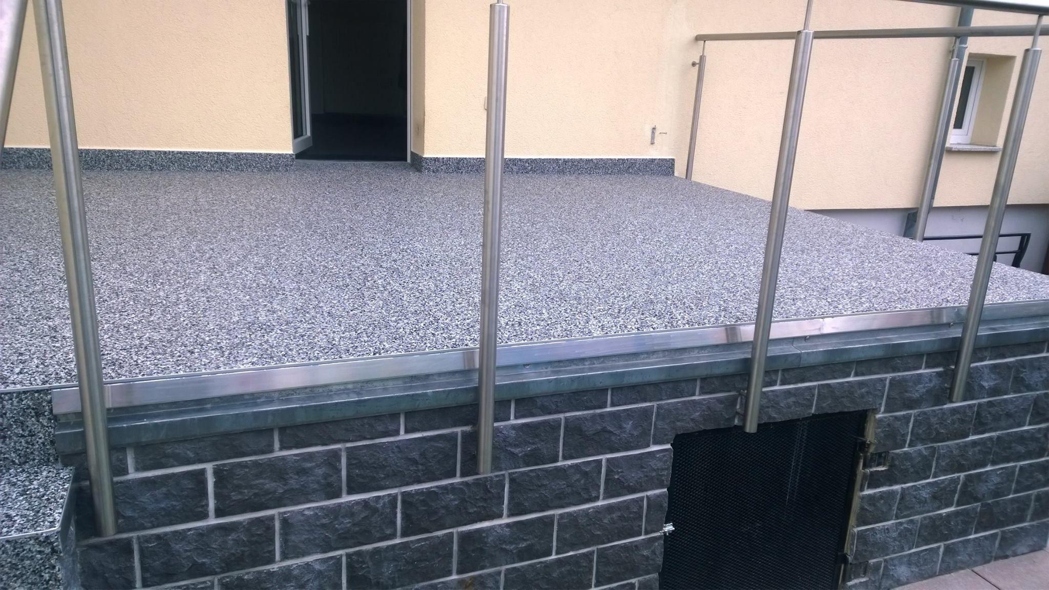 grauer steinteppich mit alu traufblech als tropfkante individuelle balkonbel ge pinterest. Black Bedroom Furniture Sets. Home Design Ideas