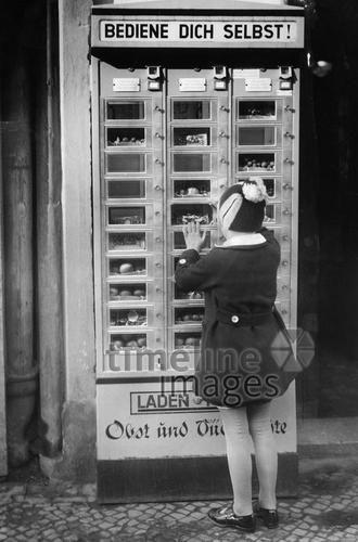 Automaten: Selbsbedienungsautomat mit Obstangebot. ullstein bild - ullstein bild/Timeline Images, 1936