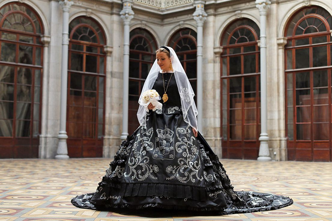 The old generations have tried to transmit trough tradition, our culture, but tradition still lives, Long live the Minho Bride #fashionoftheday #fashion #noiva #portugal #tradicao #tradition #cultura #bride #dress #blackandwhite #blackbride #photography #barcelos #vianadocastelo #costura #textil