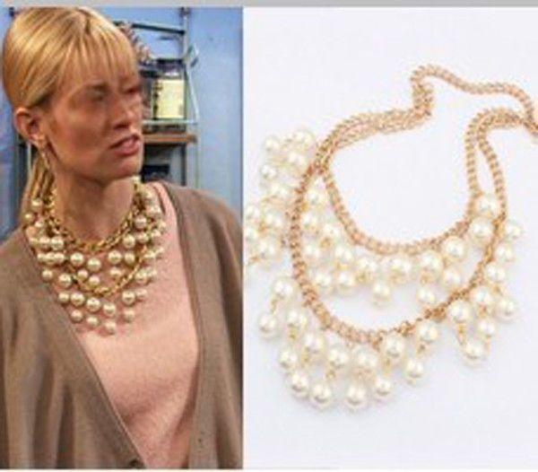 402549be9e70 Collar grande de perlas y cordón dorado.