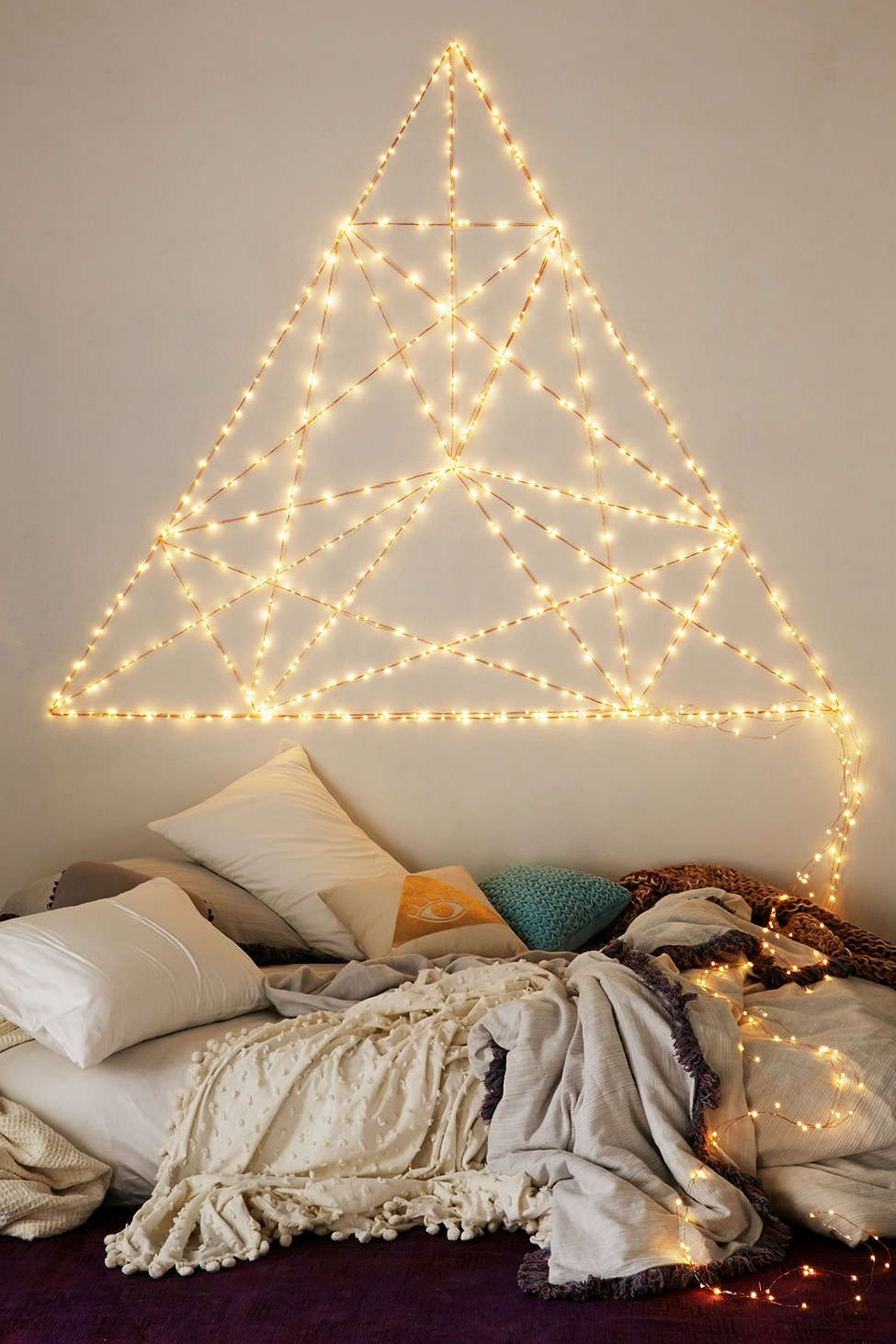 Cosy bedroom fairy lights - 45 Inspiring Ways To Decorate Your Home With String Lights