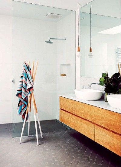 Touches de couleurs vives et bois dans un intérieur design - couleur des portes interieur