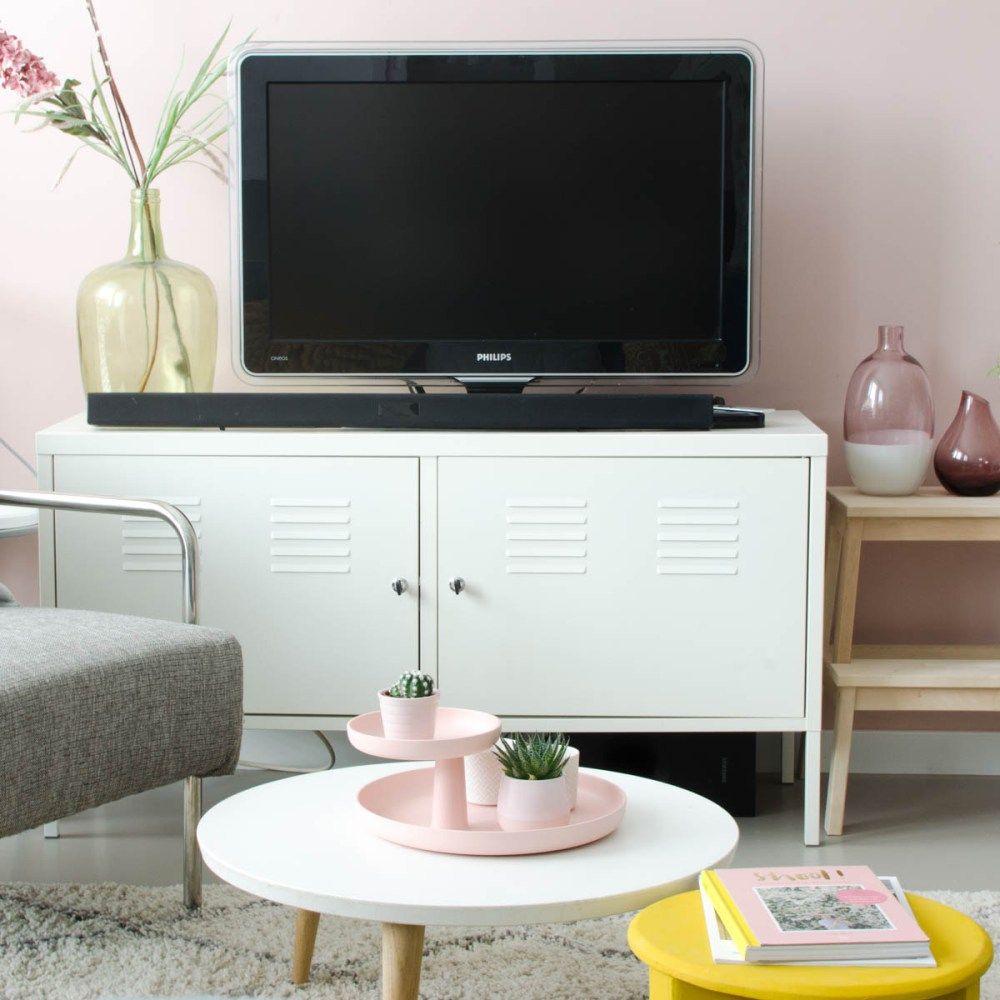 Oud roze muur woonkamer, Vitra Rotary tray, Ikea lockerkast ...