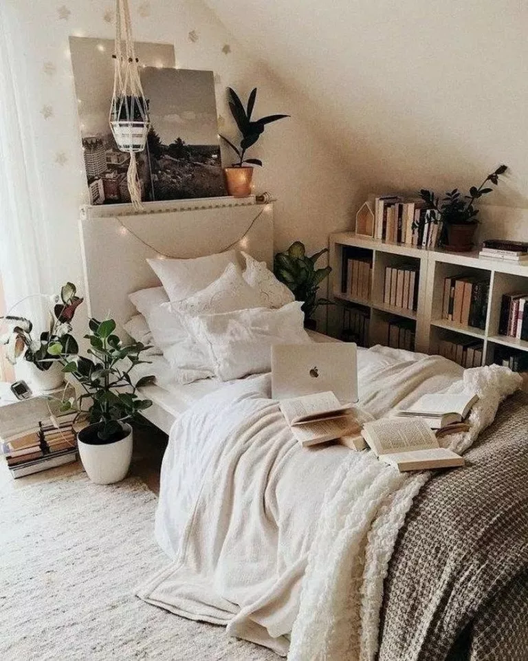 57 Fabulous Ideas White Walls Green Plants And Fairy Lights Perfect For Your Favorite Bedroo In 2020 Cozy Small Bedrooms Small Room Bedroom Bedroom Decor