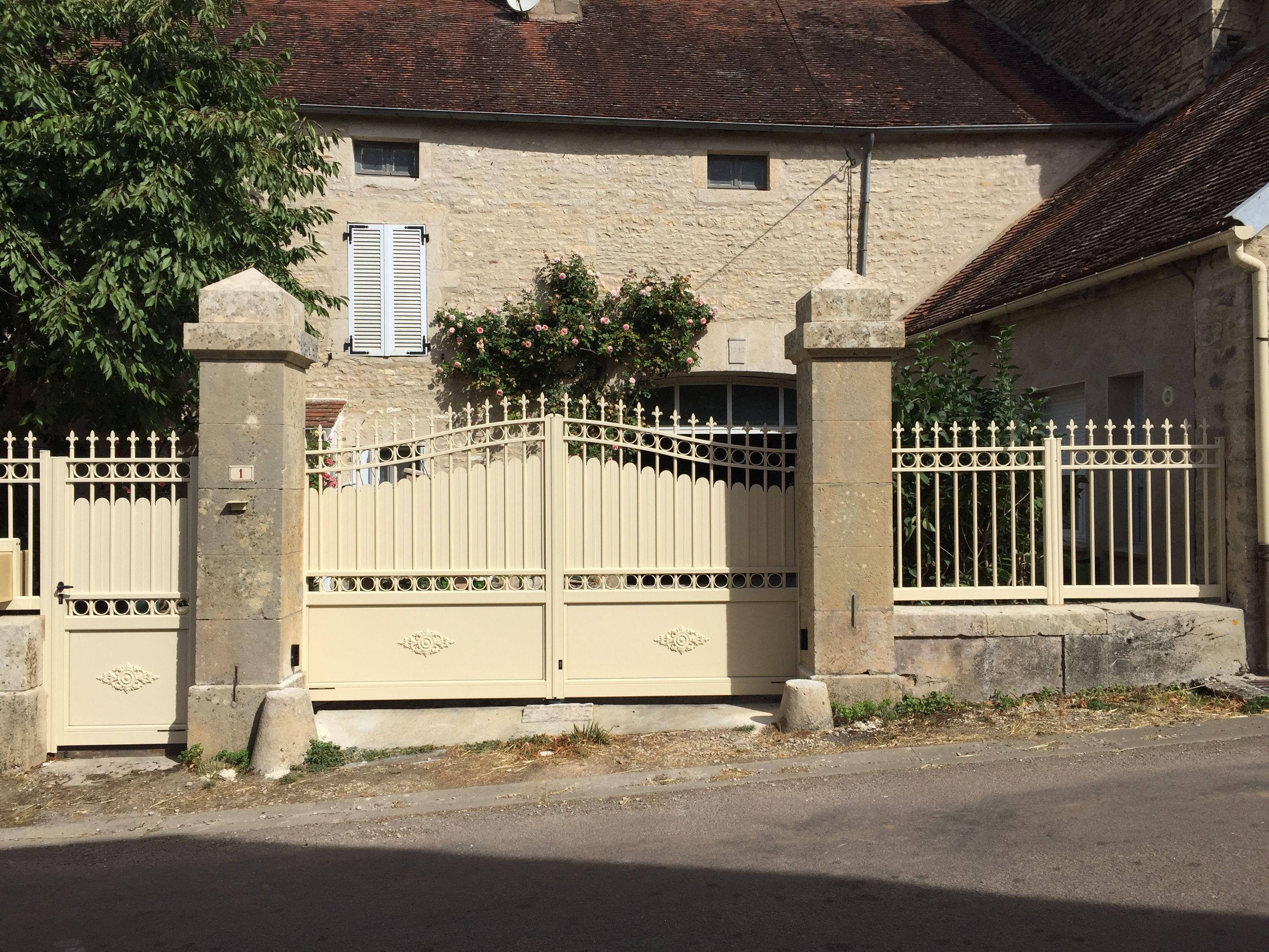 tr s bel ensemble coordonn portail cl ture et portillon pour maison ancienne ce portail. Black Bedroom Furniture Sets. Home Design Ideas