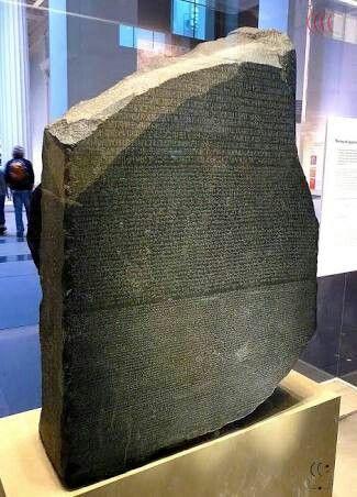 Pedra da Roseta é um bloco de granito negro (um fragmento de uma