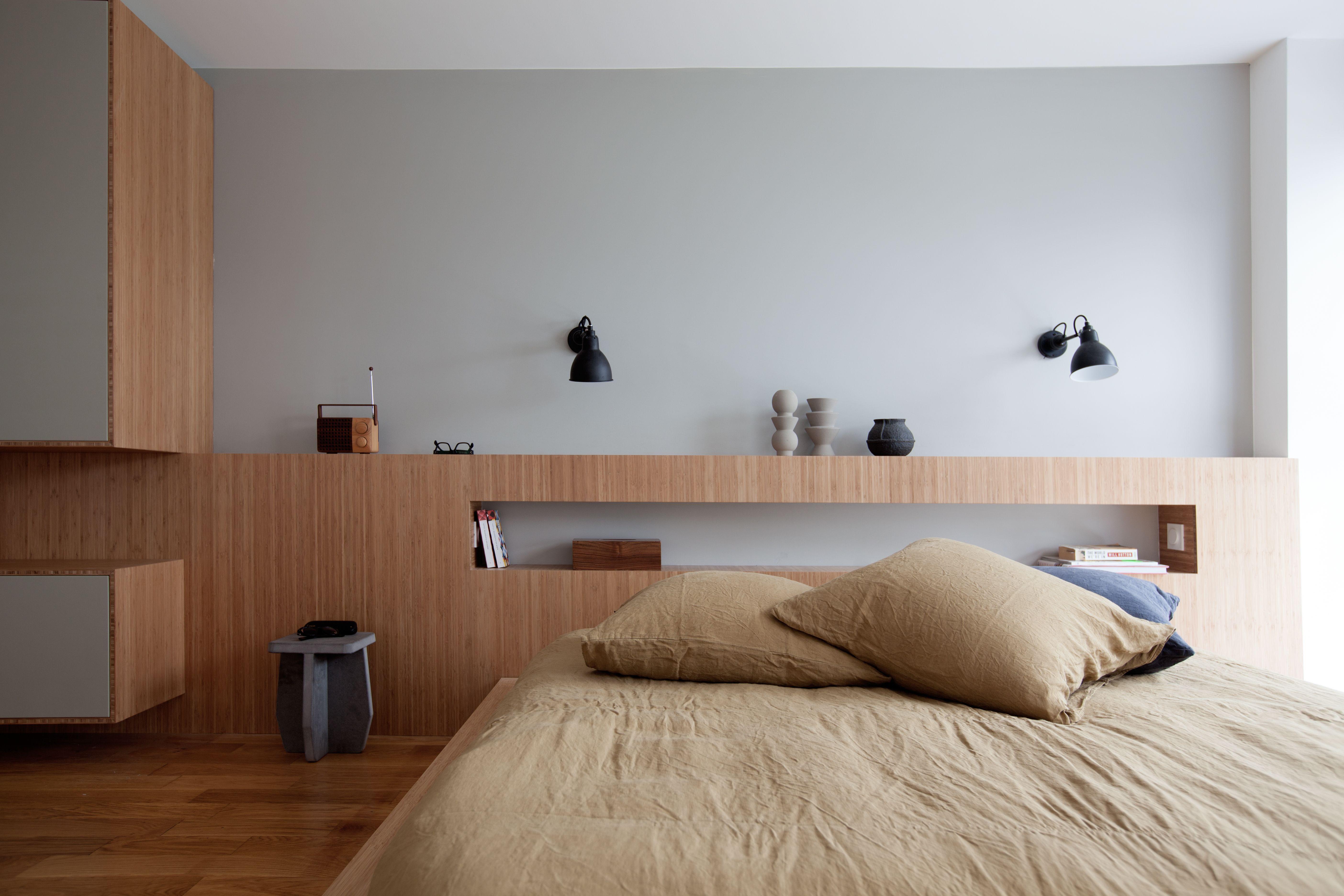 t te de lit biblioth que surmont e de 2 appliques n 304 dcw de gras petit tabouret en m dium. Black Bedroom Furniture Sets. Home Design Ideas