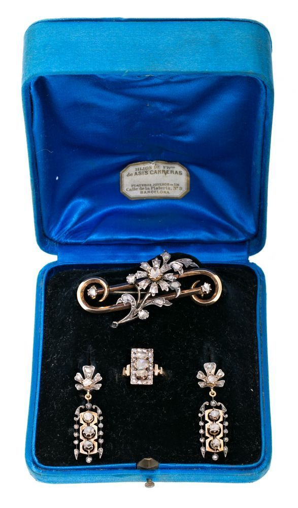 Carreras Jewellery, gold and diamonds set, late 19th Century Composed of brooch, ring and earrings. — Schmuck
