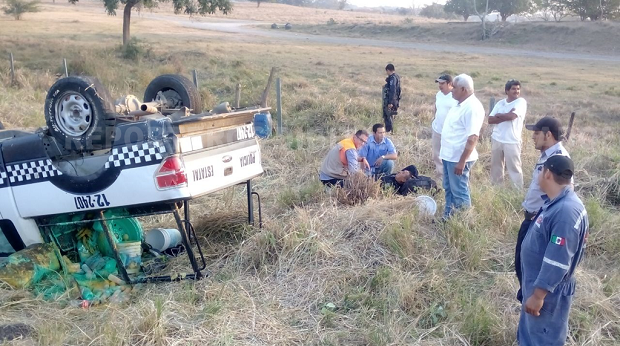 Se vuelca patrulla de la SSP en la carretera Tinaja-Cosamaloapan - http://www.esnoticiaveracruz.com/se-vuelca-patrulla-de-la-ssp-en-la-carretera-tinaja-cosamaloapan/