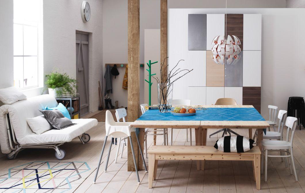 Deux Tables De Salle A Manger Ikea Rapprochees Entourees De Chaises