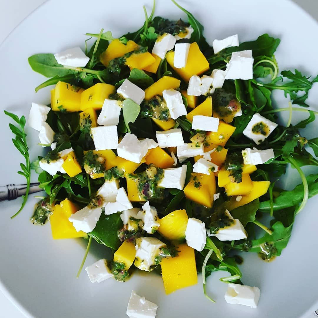 Mein Mittag war heute sooo gut.  Es gab einen Salat mit Ruccola, Feta und Mango aus der WW App.