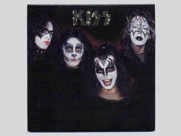 1974 Paul Stanley Left In Bandit Makeup With Images Kiss