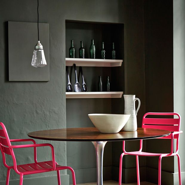 Comedor pintado en gris oscuro con sillas rosas Comedores Pinterest