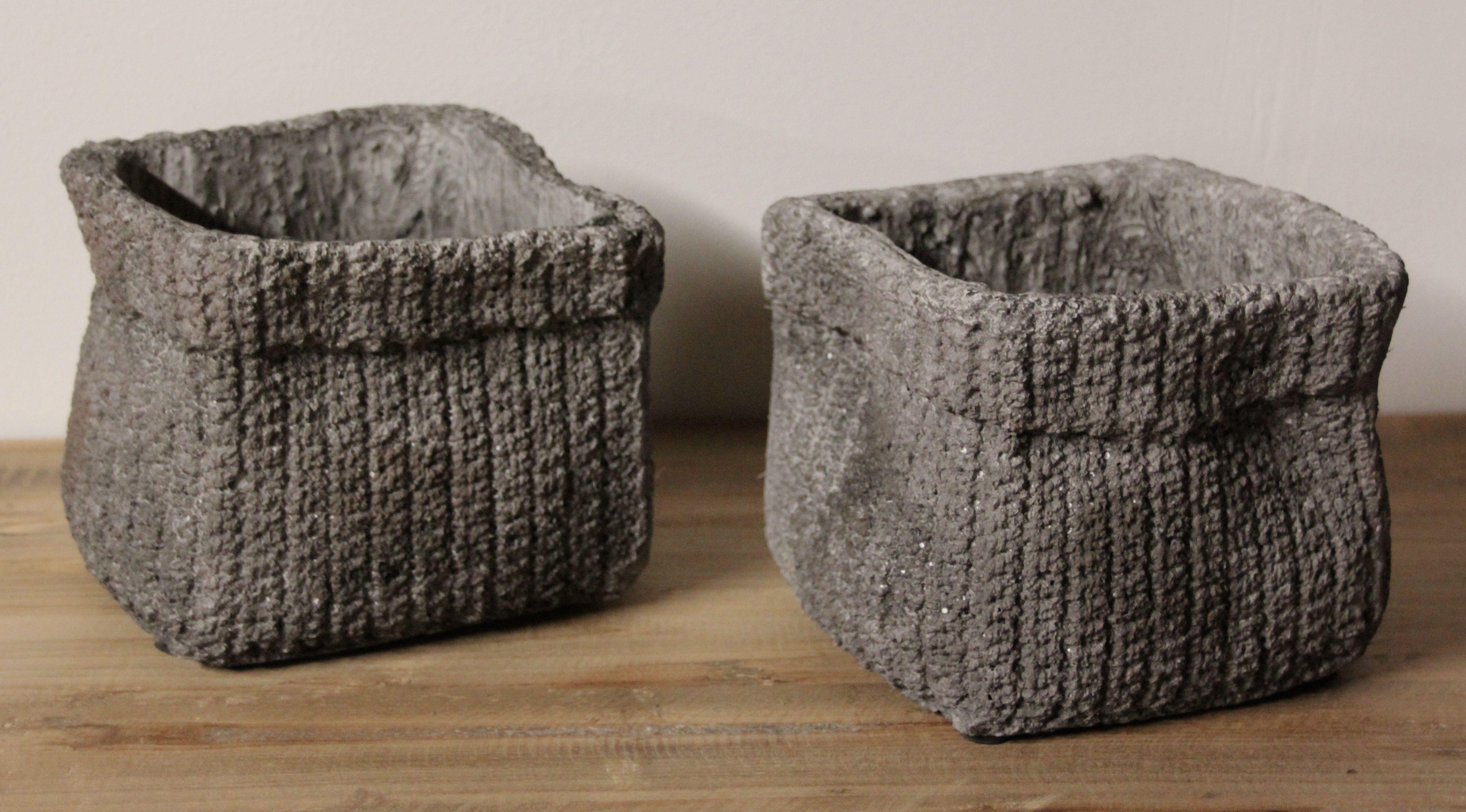 Deze box cement is een grappig decoratie-item. Cementlook lijkt kil, maar niets is minder waar. De cement accessoires zijn een hit!