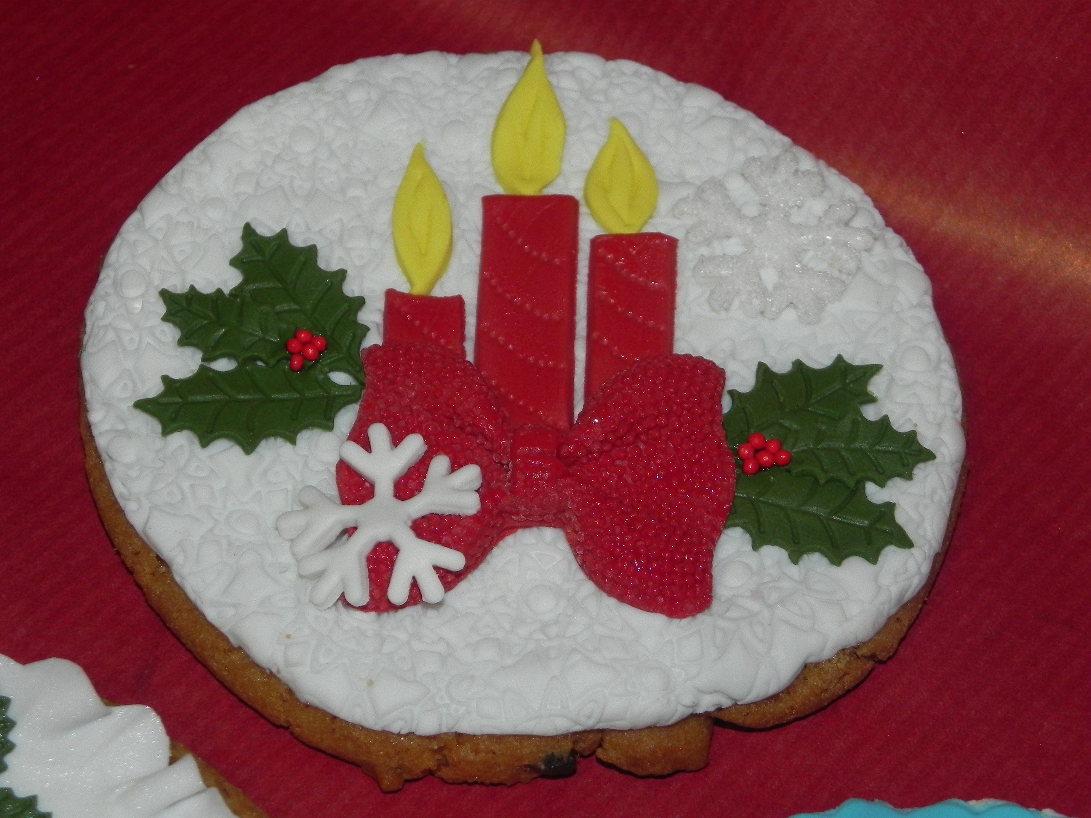 biscotti natalizi decorati con pasta di zucchero