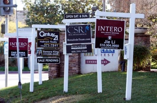 Real Estate Signs Cover The Lawn At A Condominium Complex On Moorpark Ave In San Jose Calif On Thursday Jan 7
